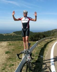Ronald mit Rennrad auf Leitplanke stehend