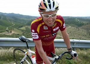 Ronald mit Rennrad an Leitplanke stehend