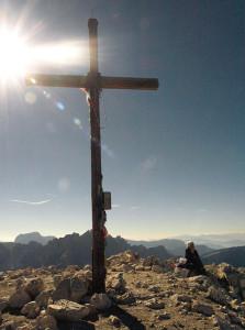 Gipfelkreuz Peitlerkofel im Gegenlicht