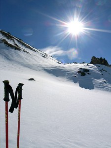 Schneehang im gleißenden Gegenlicht