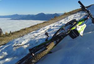 MTB im Schneefeld am Hinteren Hörnle liegend