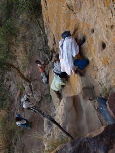 Klettern an steiler Felswand zu Felsenkirche in Hawzien/Äthiopien