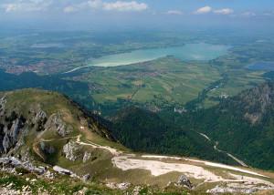 Blick vom Säuling auf Forggensee und Schloß Neuschwanstein