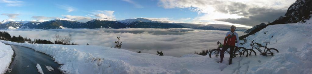 MTbiken im Schnee - Blick über Nebeldecke im Inntal
